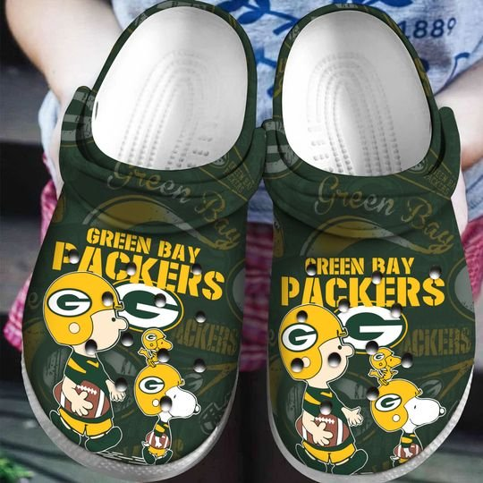 snoopy and charlie brown green bay packers crocs 1